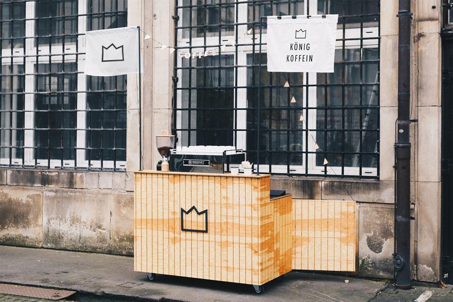 koenig-koffein-mobiles-kaffee-catering-branding-espresso-design-bar-kiefer-holz-latten-gr