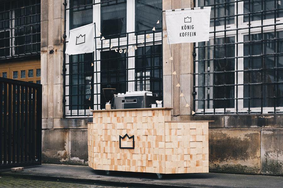 koenig-koffein-mobiles-kaffee-catering-branding-espresso-design-bar-kiefer-holz-schindeln-gr
